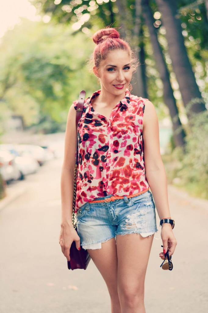denim shorts leopard top