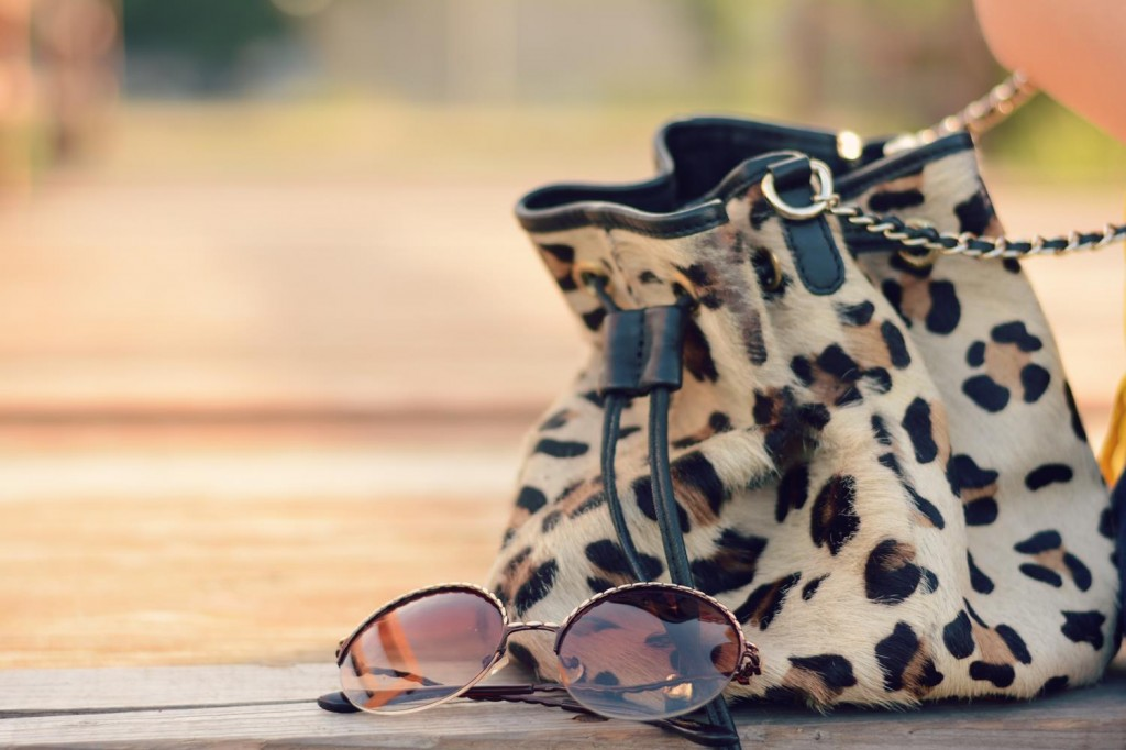 retro round glasses leopard bag