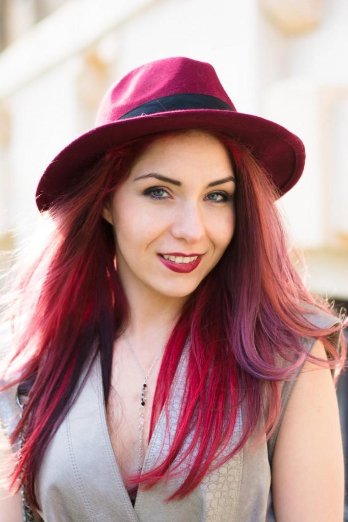 red fedora hat silver bodychain